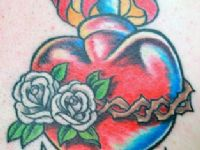 TATUAJE CORAZON COLOR TRADICIONAL